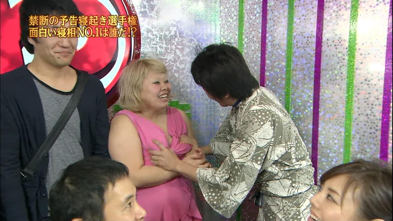 熟女バスト ホリケンが渡辺直美の乳を揉む.jpg